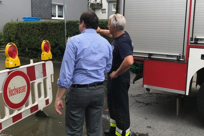 Foto: Oberbürgermeister Thomas Kufen an einer überfluteten Straße in Kettwig.