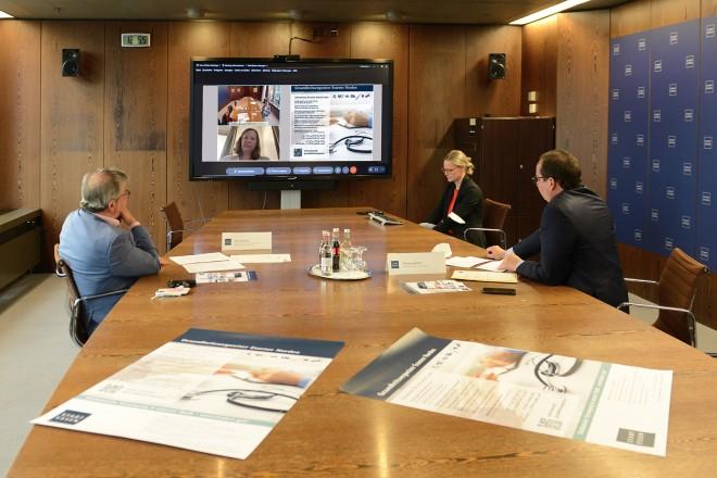 Stadtdirektor Peter Renzel und Oberbürgermeister Thomas Kufen beim Pressegespräch zum Zwischenbericht Gesundheitswegweiser Essener Norden.
