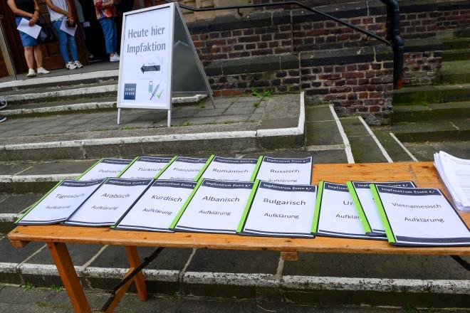 Foto: Bei den Impfaktionen werden die Materialien zur Impfaufklärung in verschiedensten Sprachen bereit gehalten.