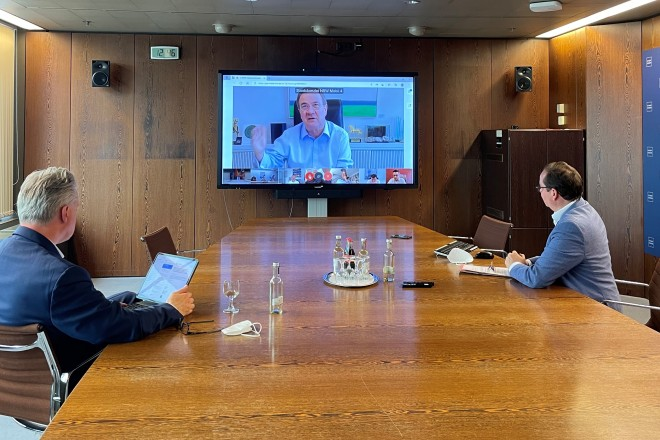 Foto: Oberbürgermeister Thomas Kufen (rechts) und Ordnungsdezernent Christian Kromberg (links) in der Videokonferenz mit Ministerpräsident Armin Laschet