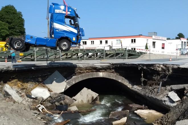 Foto: Bergung LKW aus eingestürzter Unterführung im Gewerbegebiet Prinz-Friedrich-Straße