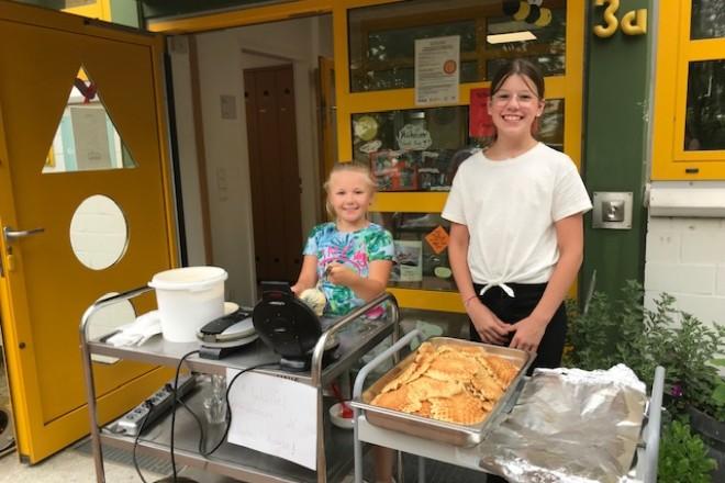 Beim Waffelverkauf nahmen die Kinder insgesamt 705 Euro an Spenden ein.