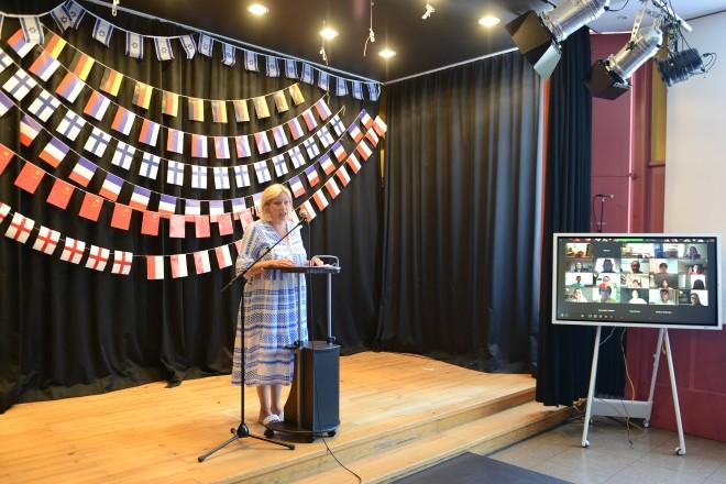 Foto: Bürgermeisterin Julia Jacob bei der Eröffnung der digitalen Fotoausstellung zum Internationalen Jugendtreffen der Essener Partnerstädte