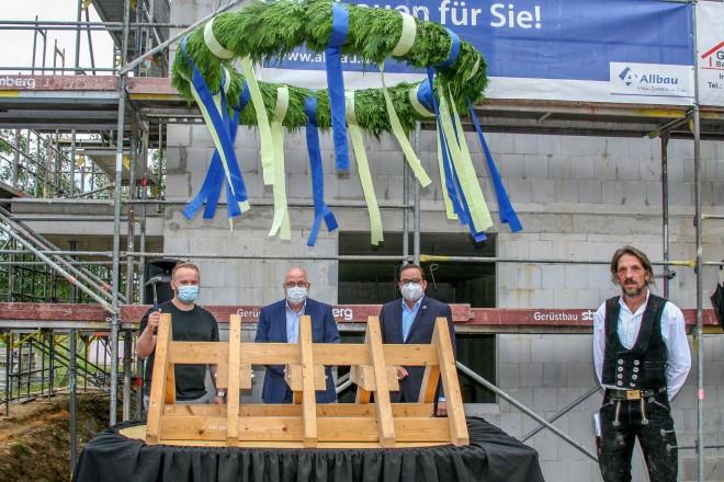 v.l.n.r.: Käufer Michael Padulla, Allbau-Geschäftsführer Dirk Miklikowski, Oberbürgermeister Thomas Kufen und Zimmermann Antonio Meller