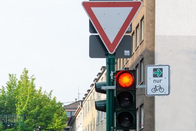Dank des neuen Verkehrszeichens 721 dürfen Radfahrer*innen unter bestimmten Voraussetzungen auch dann rechts abbiegen, wenn diese rot sind.