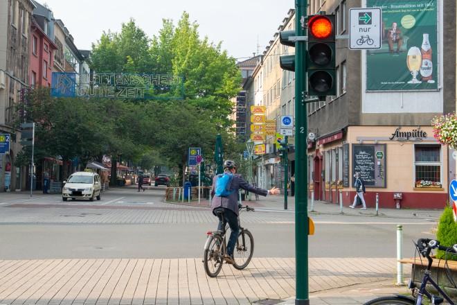 Der neue Grünpfeil für Radfahrer*innen wird zunächst an 16 Kreuzungen im Essener Stadtgebiet angebracht.