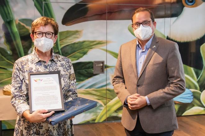 Empfang zum Christopher Street Day in der Philharmonie. Oberbürgermeister Thomas Kufen überreicht Claudia Fockenberg die Urkunde für den Blütenfest-Award 2021.
