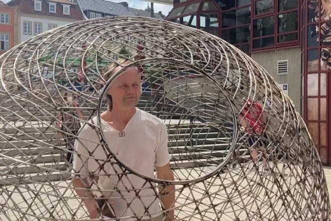 Der Aktionskünstler Arnd Drossel kommt in die Essener Innenstadt.