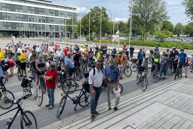Jedermann-Radtour mit Oberbürgermeister Thomas Kufen. Los ging es am Willy-Brandt-Platz.