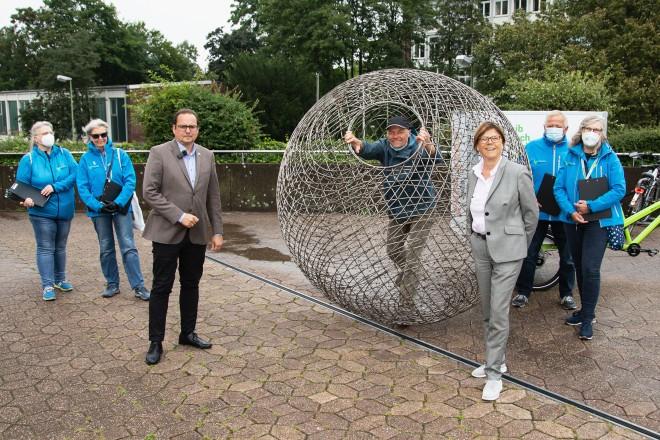 """Oberbürgermeister Thomas Kufen und Umweltdezernentin Simone Raskob riefen gemeinsam mit dem Künstler Arnd Drossel zum Mitmachen bei der Umweltkunstaktion """"My Promise Mother Earth"""" auf."""