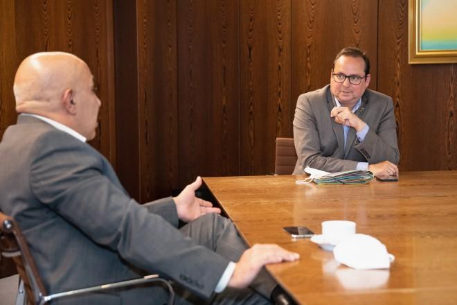 Oberbürgermeister Thomas Kufen im Gespräch mit Elias Omar, Vorsitzender der Deutsch-Afghanischen Gesellschaft e.V. über die aktuelle Situation.