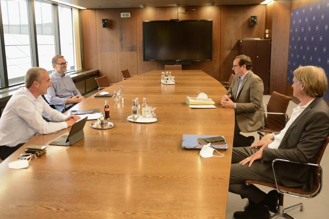 Oberbürgermeister Thomas Kufen im Gespräch mit Marcus Uhlig und Sascha Peljhan im Essener Rathaus.