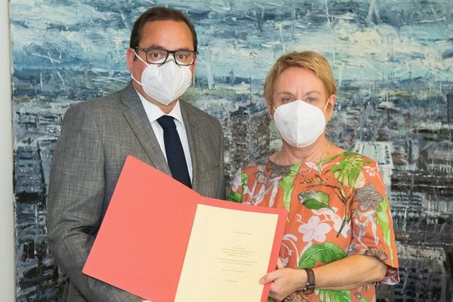 Oberbürgermeister Thomas Kufen verabschiedet Brigitte Liesner.