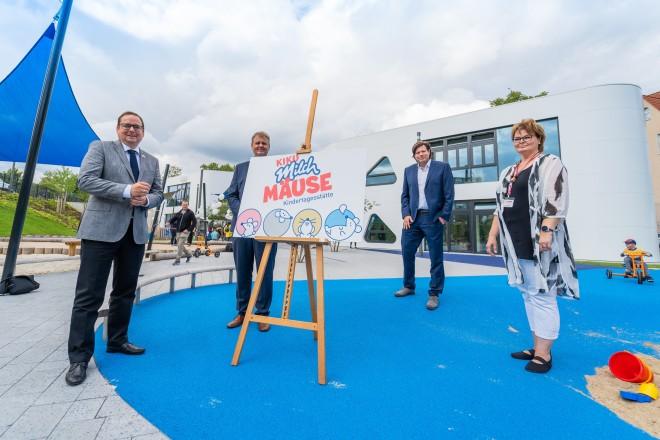 """Oberbürgermeister Thomas Kufen (links) bei der feierlichen Eröffnung der Kita """"Milchmäuse""""."""