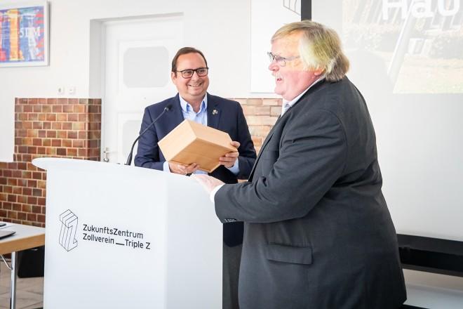 Oberbürgermeister Thomas Kufen bei der Hauptversammlung der TripleZ AG, bei der unter anderem Aufsichtsratsmitglied Siegfried Brandenburg (im Vordergrund) verabschieder wurde.
