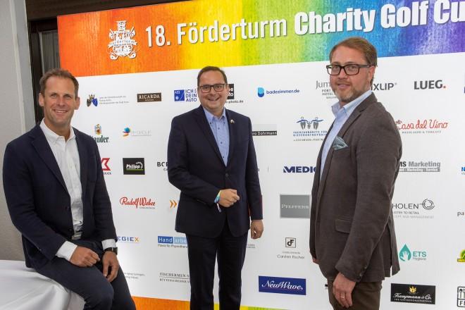 Foto: 18. Förderturm Charity Golf Cup in Essen-Heidhausen: Oberbürgermeister Thomas Kufen mit den Vorstandsmitgliedern des Förderturm e.V. Wolfgang Rübben (links) und Dirk Zuhorn (rechts)