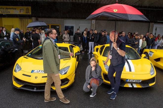 """Foto: Oberbürgermeister Thomas Kufen (vorne links) bei der Begrüßung der Teilnehmer*innen der """"Omero 400-280"""""""