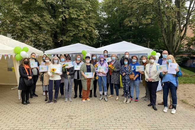 """Foto: Übergabe Zertifikat """"Nachhaltige Kita"""" und Eröffnung der FRÖBEL Kinder-Bücherbox mit Bürgermeisterin Julia Jacob"""