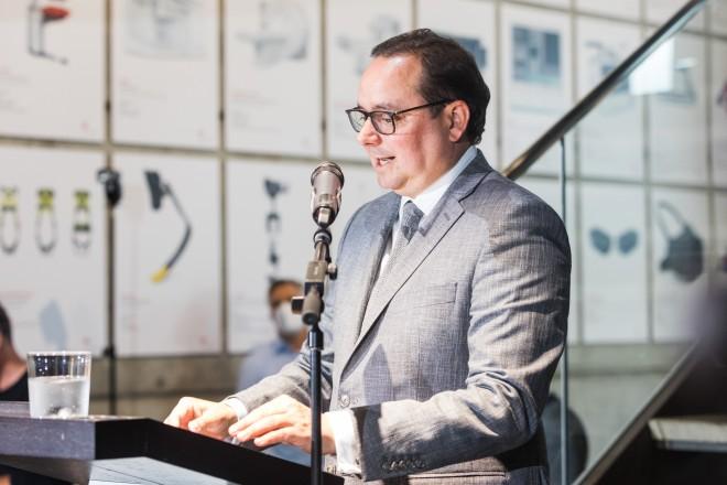 """Foto: Oberbürgermeister Thomas Kufen sprach anlässlich der Ausstellungseröffnung """"Form Equals Function. Design by Studio F. A. Porsche"""" ein Grußwort"""