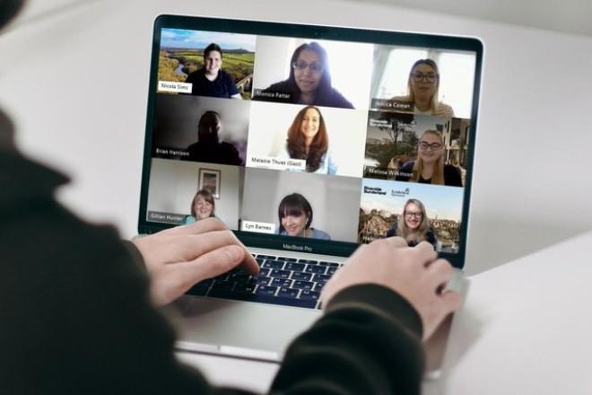 Die Essener Verwaltungsmitarbeiterin Melanie Thüs arbeitete drei Wochen lang virtuell in der Personalabteilung der englischen Partnerstadt Sunderland mit.