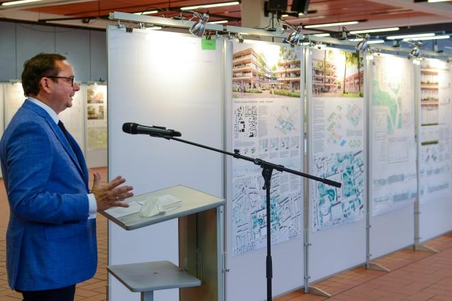 Oberbürgermeister Thomas Kufen eröffnet die Ausstellung der Wettbewerbsarbeiten für den neuen Campus Bockmühle.
