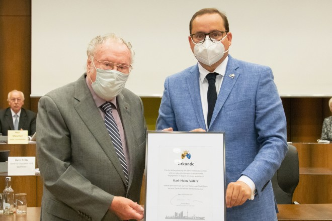 Oberbürgermeister Thomas Kufen verabschiedet das Gründungsmitglied des Seniorenbeirates Karl-Heinz Völker.