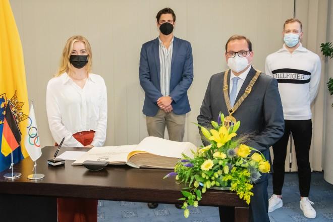 Oberbürgermeister Thomas Kufen begrüßte Lisa Höpink, Damian Wierling und Poul Zellmann in der 22. Etage des Essener Rathauses.