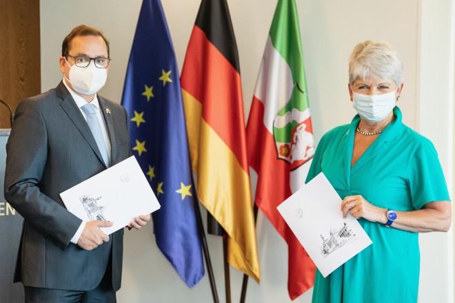 Foto: Vier Förderbescheide übergab Regierungspräsidentin Birgitta Radermacher (links) an Oberbürgermeister Thomas Kufen (rechts)