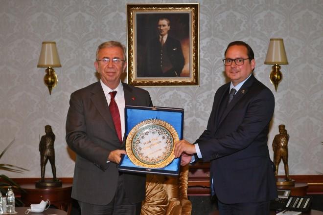 Foto: Oberbürgermeister Thomas Kufen (r.) überreichte Ankaras Bürgermeister Mansur Yavaş ein Geschenk