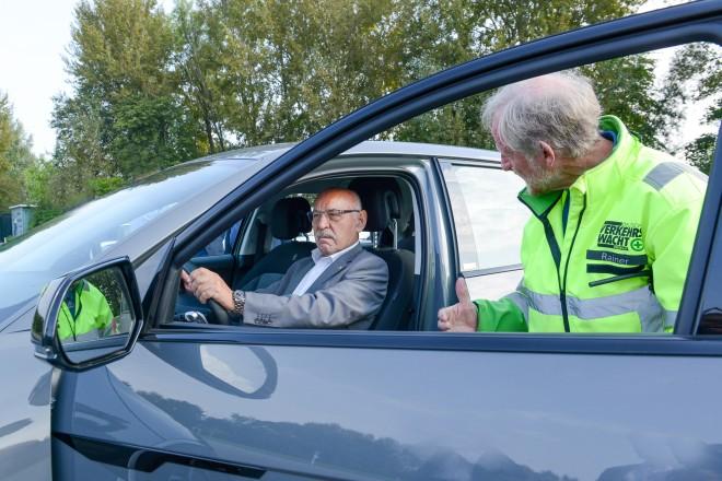 Fahrsicherheitstraining im Rahmen der Europäischen Mobilitätswoche: Bürgermeister Rudolf Jelinek und Rainer Rehmann, Sicherheitstrainer von der Verkehrswacht Essen e.V.