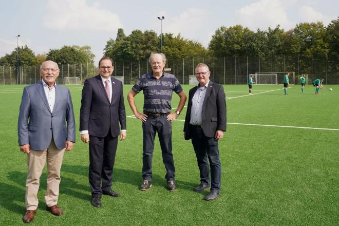 Einweihung des Kunstrasen-Großspielfelds auf der Sportanlage Schemmansfeld (v.l.n.r.) : Bürgermeister Rudolf Jelinek, Oberbürgermeister Thomas Kufen, Werner Engels und Michael Schwamborn.