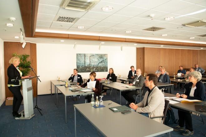Bürgermeisterin Julia Jacob begrüßt die Teilnehmer*innen einer Delegation des Ministeriums für Verkehr Baden-Württemberg im Essener Rathaus.
