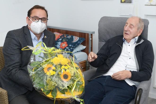 Oberbürgermeister Thomas Kufen gratuliert Wilhelm Spoden zum 95. Geburtstag