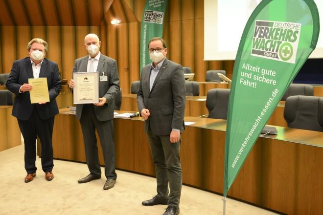 Verabschiedung vom Vorsitzenden der Verkehrswacht Essen Karl-Heinz Webels (v.r.n.l) : Oberbürgermeister Thomas Kufen, Karl- Heinz Webels und MdL Klaus Voussem, Vizepräsident der Landesverkehrswacht NRW.