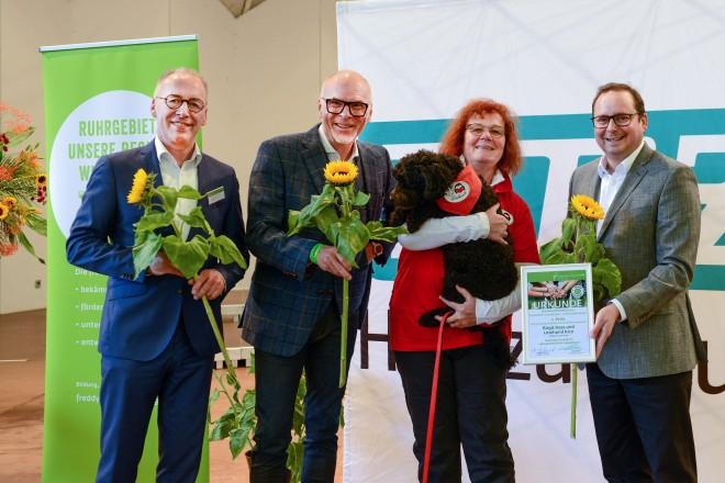 Verleihung Solidaritätspreis der Freddy Fischer-Stiftung und NRZ (v.r.n.l.): Oberbürgermeister Thomas Kufen, Literaturpädagogin Birgit Hass mit Lesehund Rico, Freddy Fischer, Stifter und Manfred Lachniet , NRZ.
