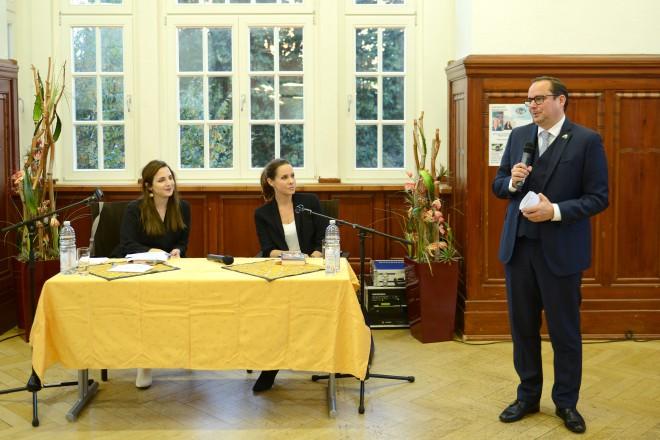 Eröffnung der Interkulturellen Woche im Krayer Rathaus (v.r.n.l.): Oberbürgermeister Thomas Kufen, Autorin Natalie Amiri und Moderatorin Susan Zare.