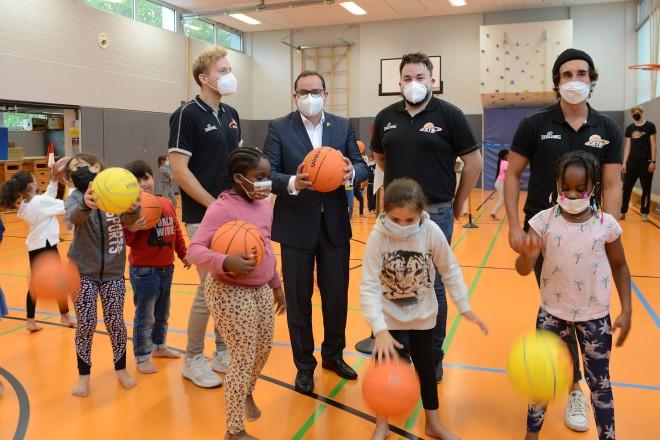 """Oberbürgermeister Thomas Kufen beim Kick-off zu dem Programm """" Sport vernetzt """" an der Grundschule Nordviertel."""
