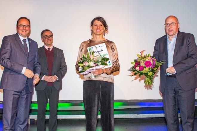 Verleihung des Allbau-Kulturpreises (v.l.n.r.): Oberbürgermeister Thomas Kufen, Beigordneter Muchtar Al Ghusain, Preisträgerin Senem Gökce Ogultekin und Dirk Miklikowski, Geschäftsführer Allbau GmbH.