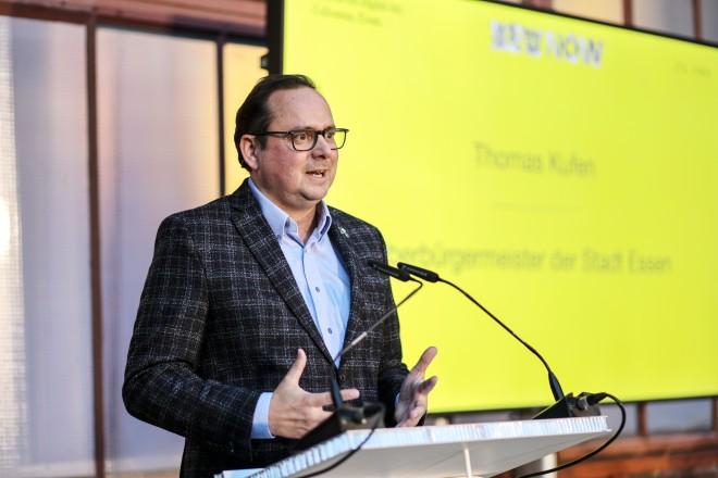 """Foto: Oberbürgermeister Thomas Kufen bei der Ausstellungseröffnung von """"NEW NOW"""""""