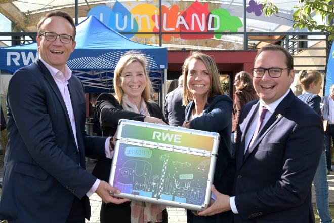 Eröffnung des Erweiterungsbaus der RWE-Kita Lumiland (v.l.n.r.): Dr. Markus Krebber, CEO, RWE AG, Frau Lobber, Frau Hengst und Oberbürgermeister Thomas Kufen.
