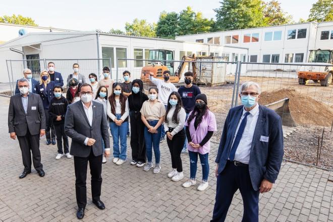 Eröffnung der Strahlemann® Talent Company an der Gesamtschule Nord: Oberbürgermeister Thomas kufen (vorne links), Schulleiter Wolfgang Erdmann (vorne rechts) und Helmut Schiffer von der Sparkasse Essen (ganz links).