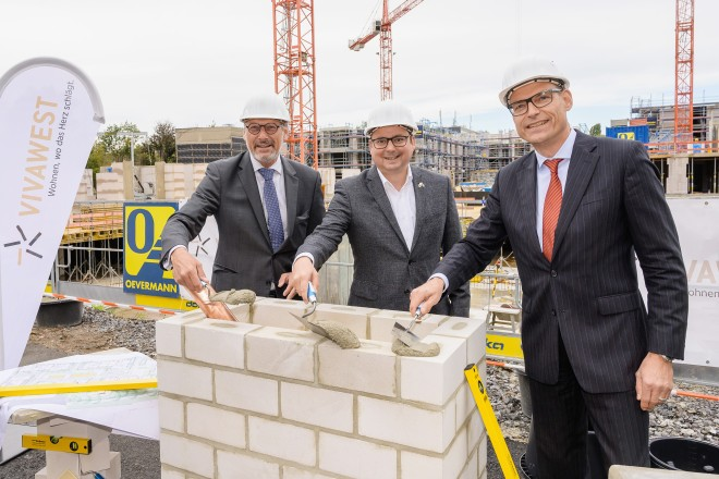 Grundsteinlegung für das Bauvorhaben Manfredstraße (v.l.n.r.): Uwe Eichner, Vorsitzender der Geschäftsführung von Vivawest GmbH, Oberbürgermeister THomas Kufen und Arsatec-Geschäftsführer Joachim Sälzer.