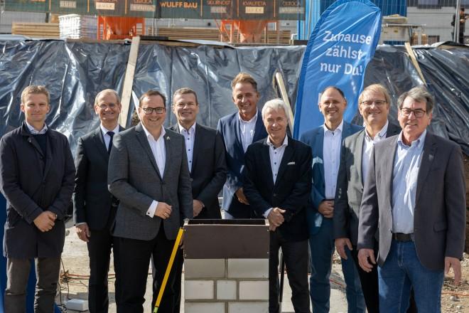 """Offizieller Startschuss des Bauprojekts """"Wohnen in der Essener Weststadt"""" mit Oberbürgermeister Thomas Kufen (3.v.l.)."""