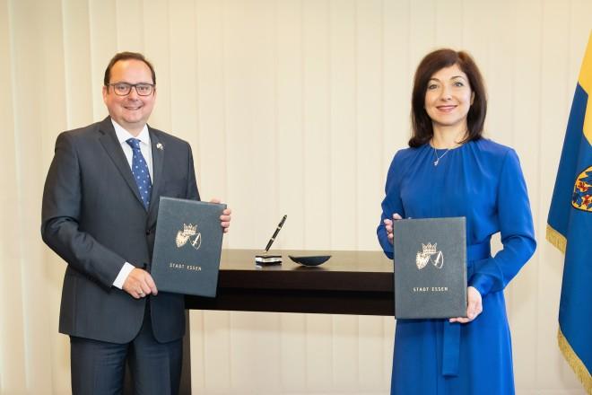 Katherina Reiche, Vorstandsvorsitzende der Westenergie mit Oberbürgermeister Thomas Kufen bei der Unterzeichnung zur Gründung einer Stromnetzgesellschaft.