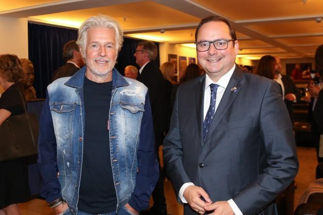 Oberbürgermeister Thomas Kufen (re.) mit Schriftsteller Frank Schätzing bei der Eröffnung der lit.RUHR.