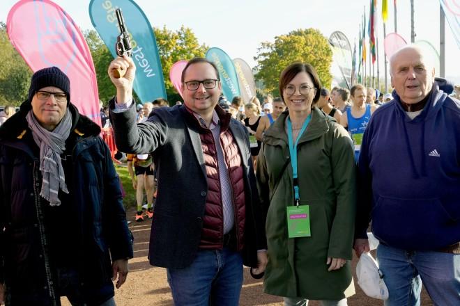 Frank Schienbein, Oberbürgermeister Thomas Kufen, Brigitte Vogt, Westenergie AG, Gerd Zachäus, TUSEM Essen vor dem Start des 59. Marathons rund um den Baldeneysee.