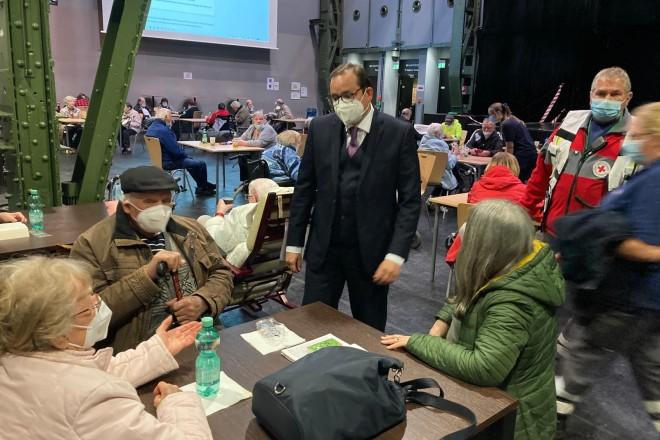 Foto: Oberbürgermeister Thomas Kufen besuchte die Betreuungsstelle in der Weststadthalle