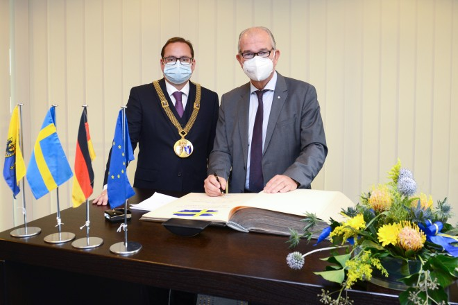 Stahlbucheintragung des schwedischen Botschafters Per Thöresson.