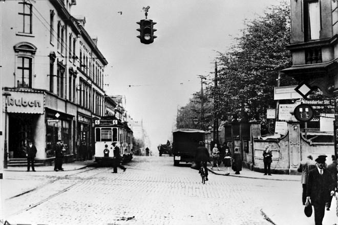 Kreuzung Altendorfer/Helenenstr. um 1936, eine der ersten Verkehrsampeln in Essen.
