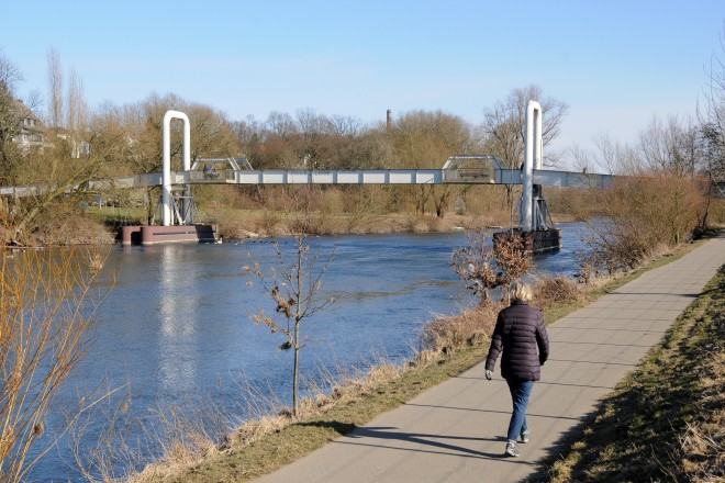 An der Ruhr in Burgaltendorf Im Hintergrund die Holteyer Schwimmbrücke